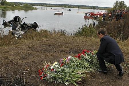Медведев возложил цветы на месте гибели Локомотива
