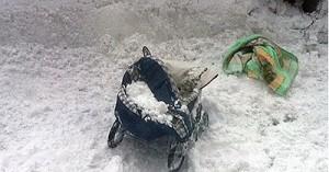 Глыба снега упала на коляску с ребенком