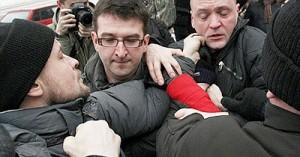 Оппозиционеры подрались на панихиде по Долматову