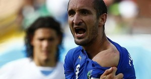 ФИФА может дисквалифицировать нападающего сборной Уругвая за укус Джорджо Кьеллини